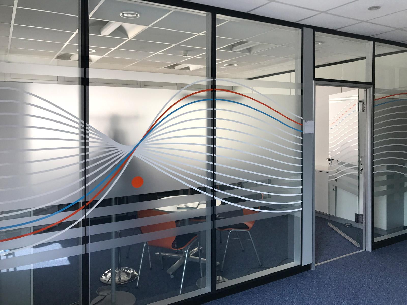 Sichtschutzfolierung aus Milchglasfolie mit darauf geklebten farbigem Muster auf einer Glasfront in Büroräumlichkeiten der Firma isyst