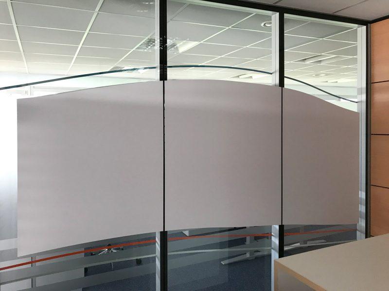 Sichtschutzfolierung aus Whiteboardfolie auf einer Glasfront in Büroräumlichkeiten der Firma isyst