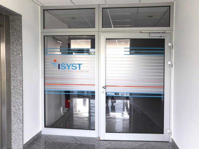 Sichtschutzfolierung aus Milchglasfolie mit darauf geklebten farbigem Muster auf einer Eingangstüre der Firma isyst