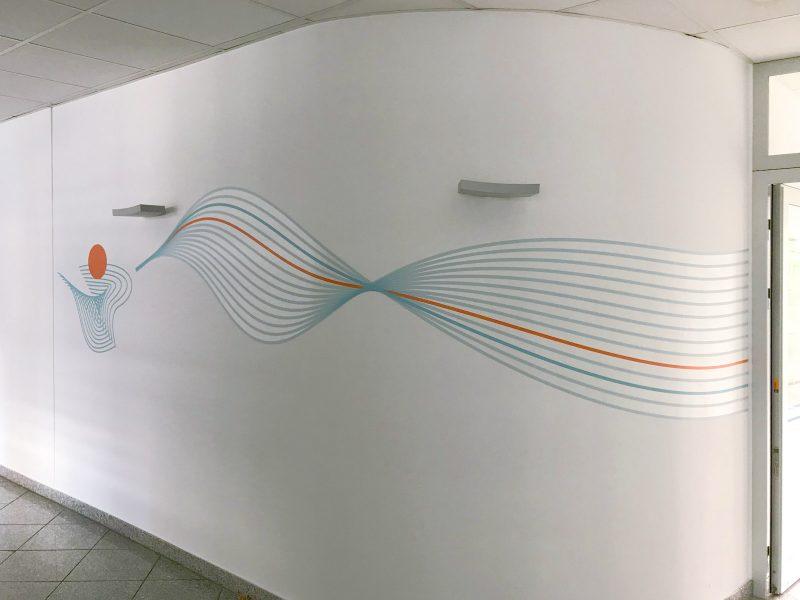 Auffallender Sichtschutz - Farbiges Wandtattoo in geometrischen Formen um eine abgerundete Ecke geklebt für die Firma isyst