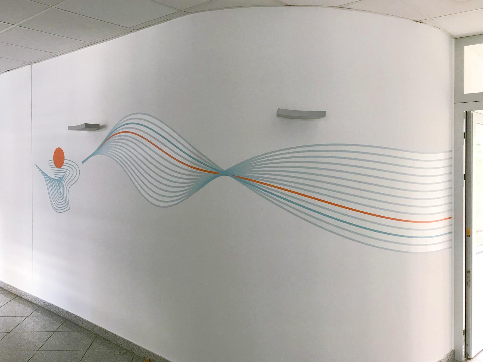 Farbiges Wandtattoo in geometrischen Formen um eine abgerundete Ecke geklebt für die Firma isyst