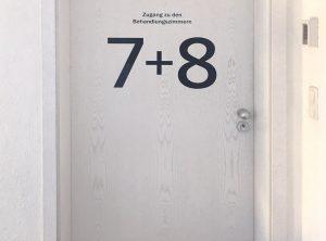 """Türbeschriftung - Alphablaue Türnummer """"7+8"""" für einen Behandlungsraum in der Praxis von Zahnarzt Ludwig in Fürth"""