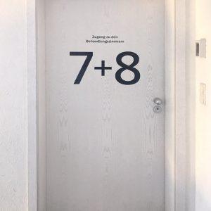 """Alphablaue Türnummer """"7+8"""" für einen Behandlungsraum in der Praxis von Zahnarzt Ludwig in Fürth"""