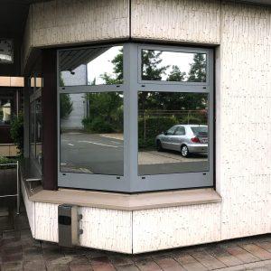 Sonnenschutzfolie an zwei Fenstern mit Spiegeleffekt