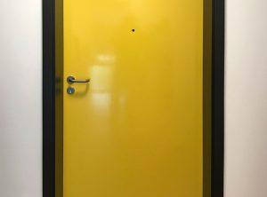 Türfolierung - Gelbe Vollfolierung einer Türe für Petz Haus