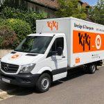 Schrägansicht eines kleinen LKWs mit neuer Folienbeschriftung für KIKI Umzüge