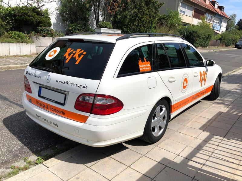 Schrägansicht eines weißen Mercedes Combi mit neuer Folienbeschriftung für KiKi Umzüge