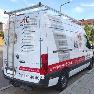 Heck- und Seitenansicht eines weißen Lieferwagens mit neuer Folienbeschriftung für A und C Hacker