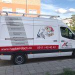 Seitenansicht eines weißen Lieferwagens mit neuer Folienbeschriftung für A und C Hacker