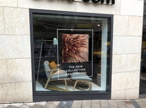 Türen- und Schaufensterbeklebung - Saisonale Schaufensterbeklebung bei Bolia