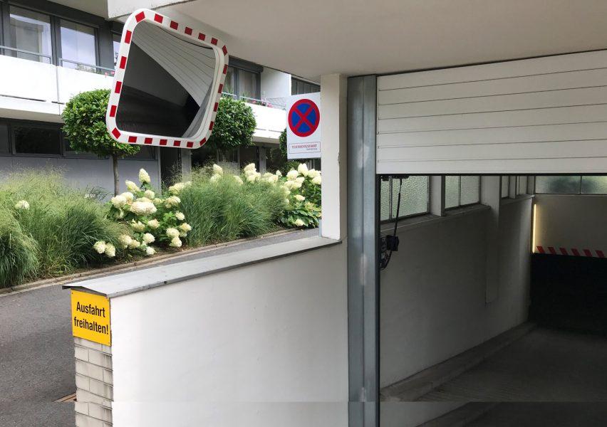 Garageneinfahrt mit schwarzrot foliertem Spiegel