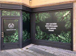 Schaufensterfolierung - Schaufenster und Türen des Body Shops in Nürnberg sind vollständig Blickdicht foliert