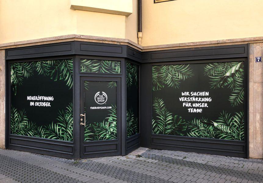 Schaufenster und Türen des Body Shops in Nürnberg sind vollständig Blickdicht foliert