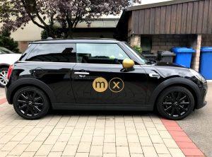 Seitenaufnahme von schwarzem Mini mit Logo in Goldfolie von moox