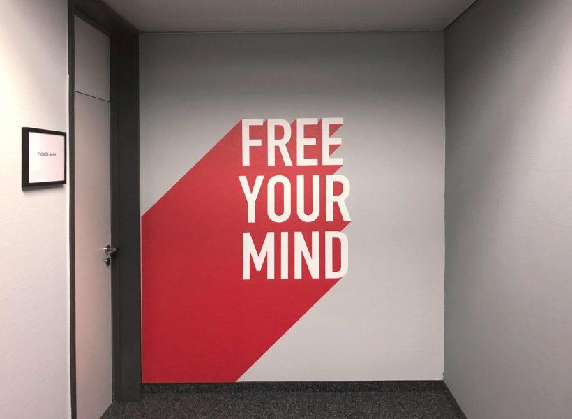 """Wandtattoo mit dem Slogan """"FREE YOUR MIND"""""""