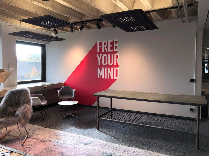Folierung und Sichtschutz - FREE YOUR MIND Wandtattoo im Besprechungsraum