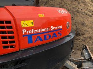 Detail des Hecks des kleinen roten Baggers von Tadas