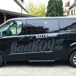 KFZ-Beklebung - Seitenansicht eines schwarzen Transporters mit einer neuen großflächigen Fahrzeugbeklebung für BadBoyz Ballfabrik