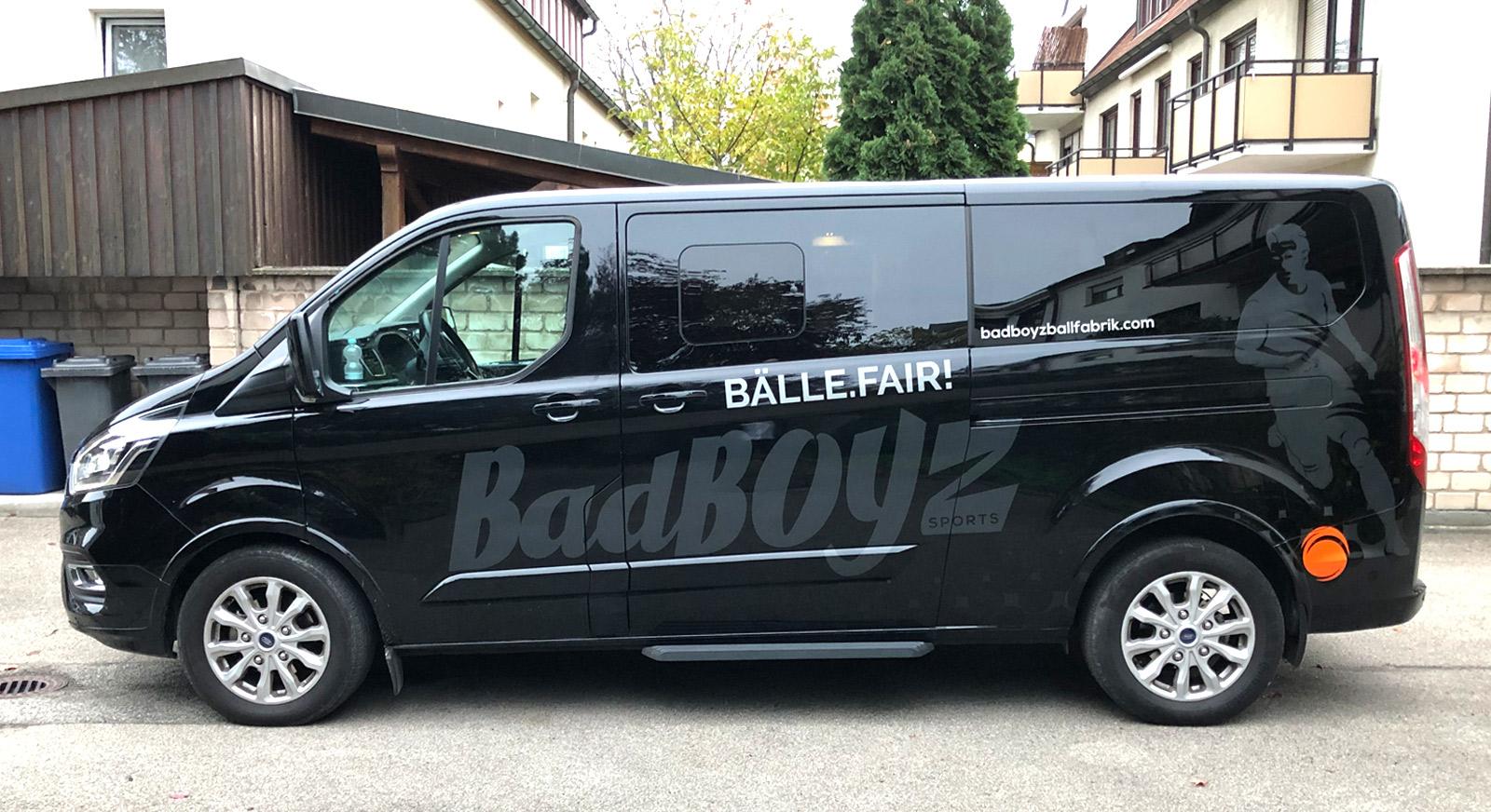 Seitenansicht eines schwarzen Transporters mit einer neuen großflächigen Fahrzeugbeklebung für BadBoyz Ballfabrik