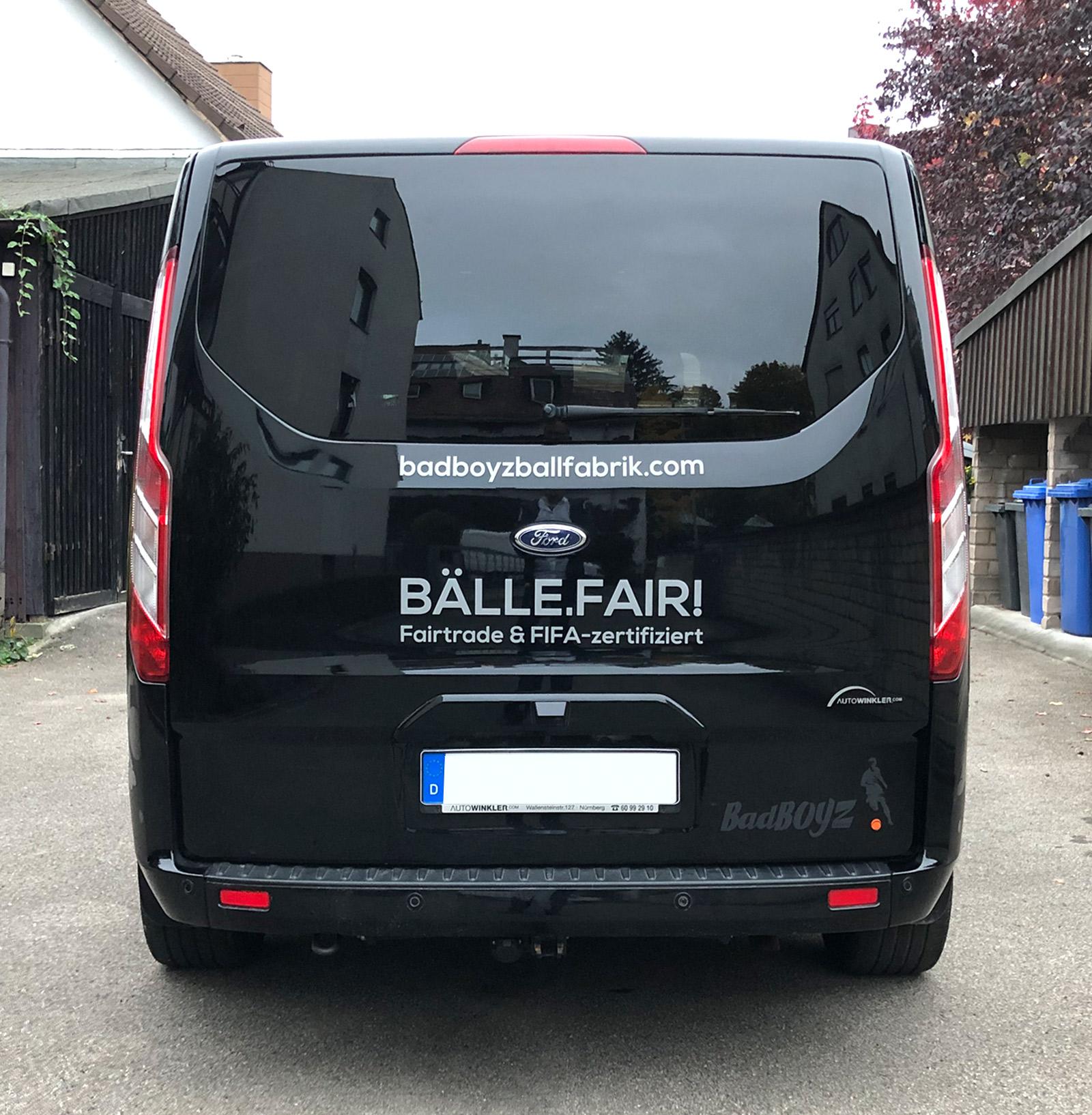 Heckansicht eines schwarzen Transporters mit einer neuen großflächigen Fahrzeugbeklebung von Badboyz Ballfabrik