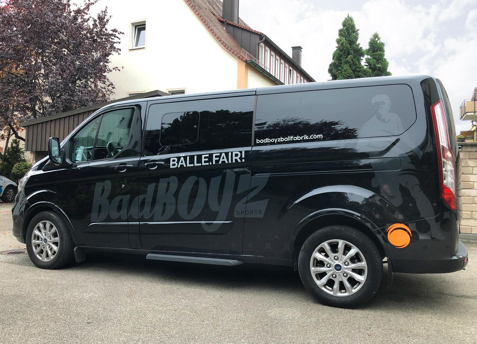 Seitenansicht eines schwarzen Transporters mit einer neuen großflächigen Fahrzeugbeklebung von Badboyz Ballfabrik