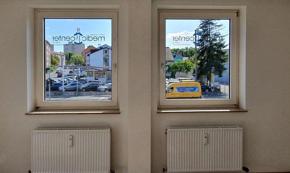 Praxis-Beklebung - Zwei Fenster die von außen mit dem Medic Center Logo beklebt sind