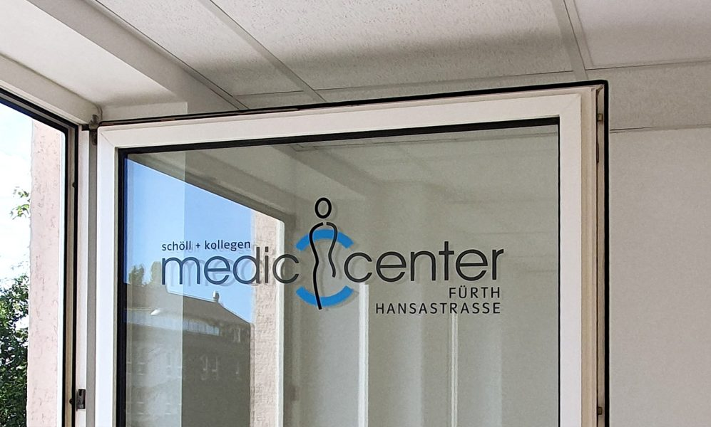 Detailaufnahme eines Fensters mit dem Medic Center Logo