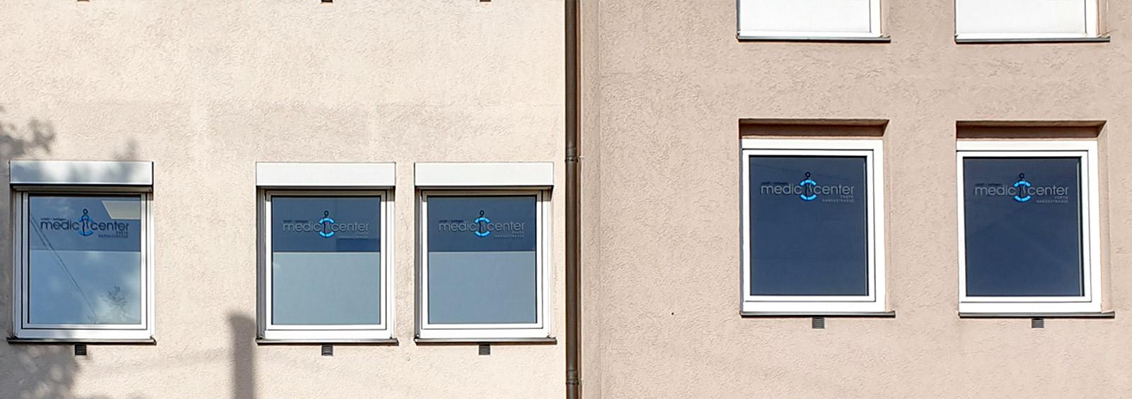 Fenster mit dem Medic Center Logo
