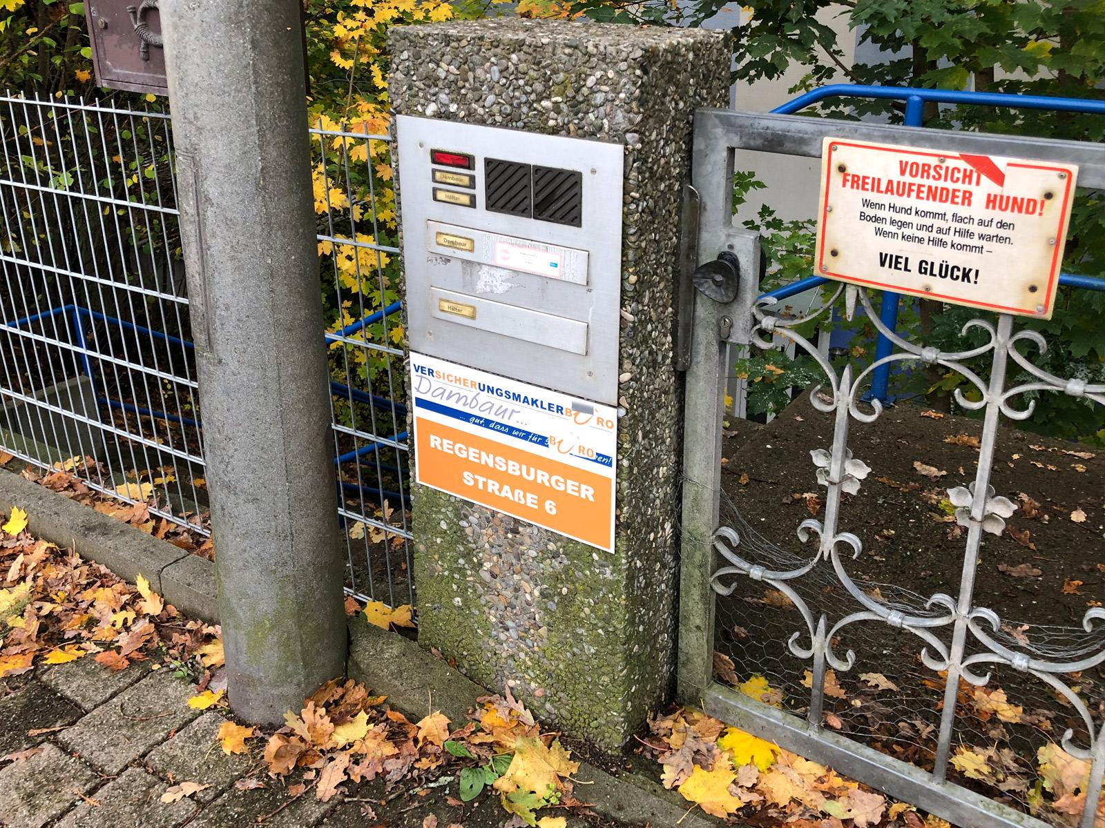 Schild unter einem Briefkasten von der Firma Dambaur