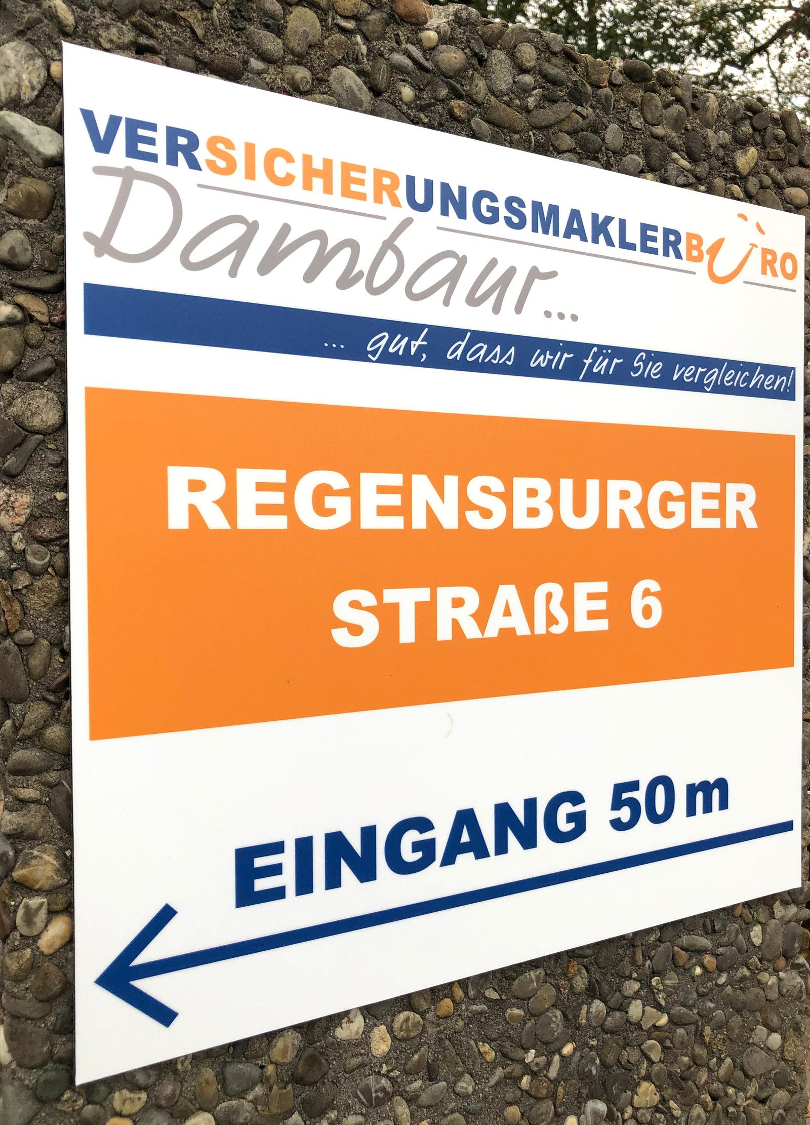 Schild auf einem Pfosten von der Firma Dambaur