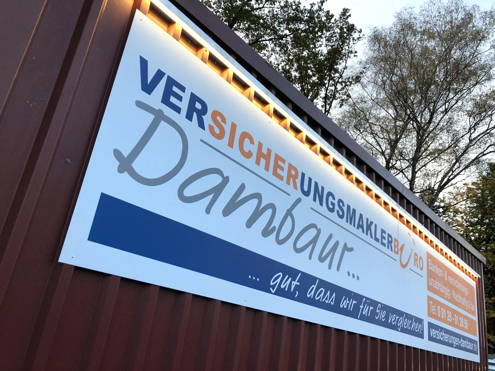 Großes Alu-Dibond Schild an einem Container von der Firma Dambaur
