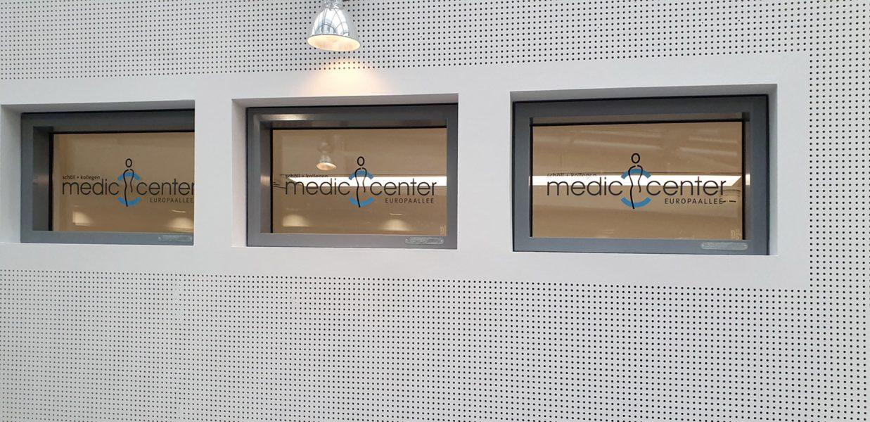 Drei Fenster mit dem Medic Center Logo