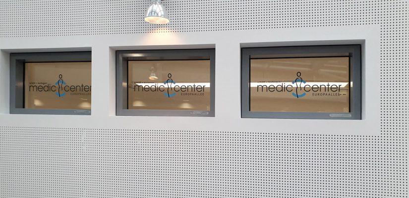 Praxis-Beklebung: Drei Fenster mit dem Medic Center Logo