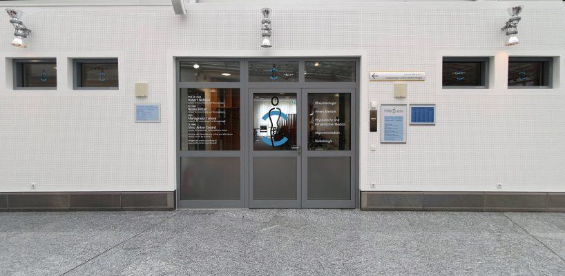 Praxis-Beklebung: Eingangsbereich des Medic Centers Nürnberg