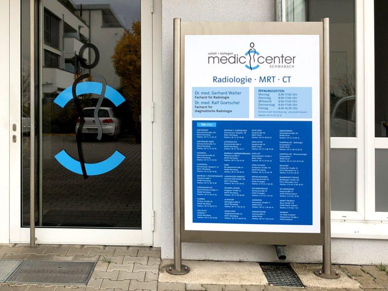 Praxis-Beklebung - Schild im Eingansbereich eines Medic Centers