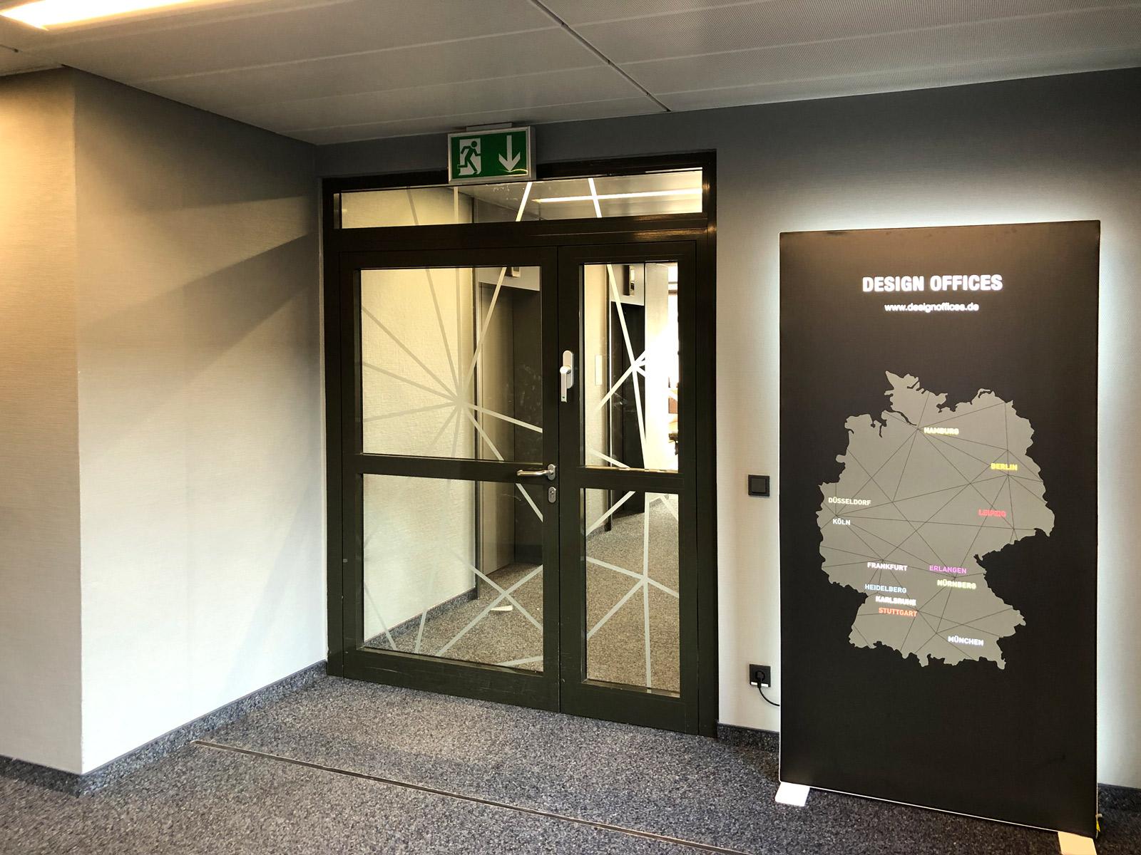 Negative Netzgrafik aus Glasdekor als Sicht- und Durchlaufschutz