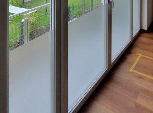Fensterfront mit einer Sichtschutzfolierung aus Milchglasfolie