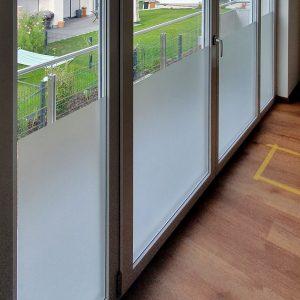 Sichtschutzbeklebung - Fensterfront mit einer Sichtschutzfolierung aus Milchglasfolie