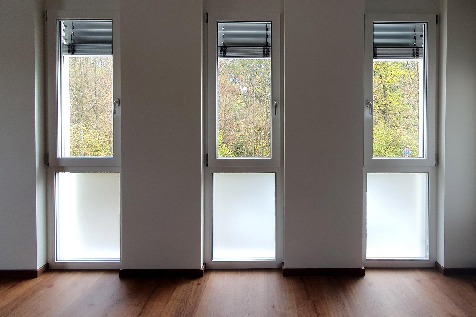 Drei Fenster mit einer Sichtschutzfolierung aus Milchglasfolie