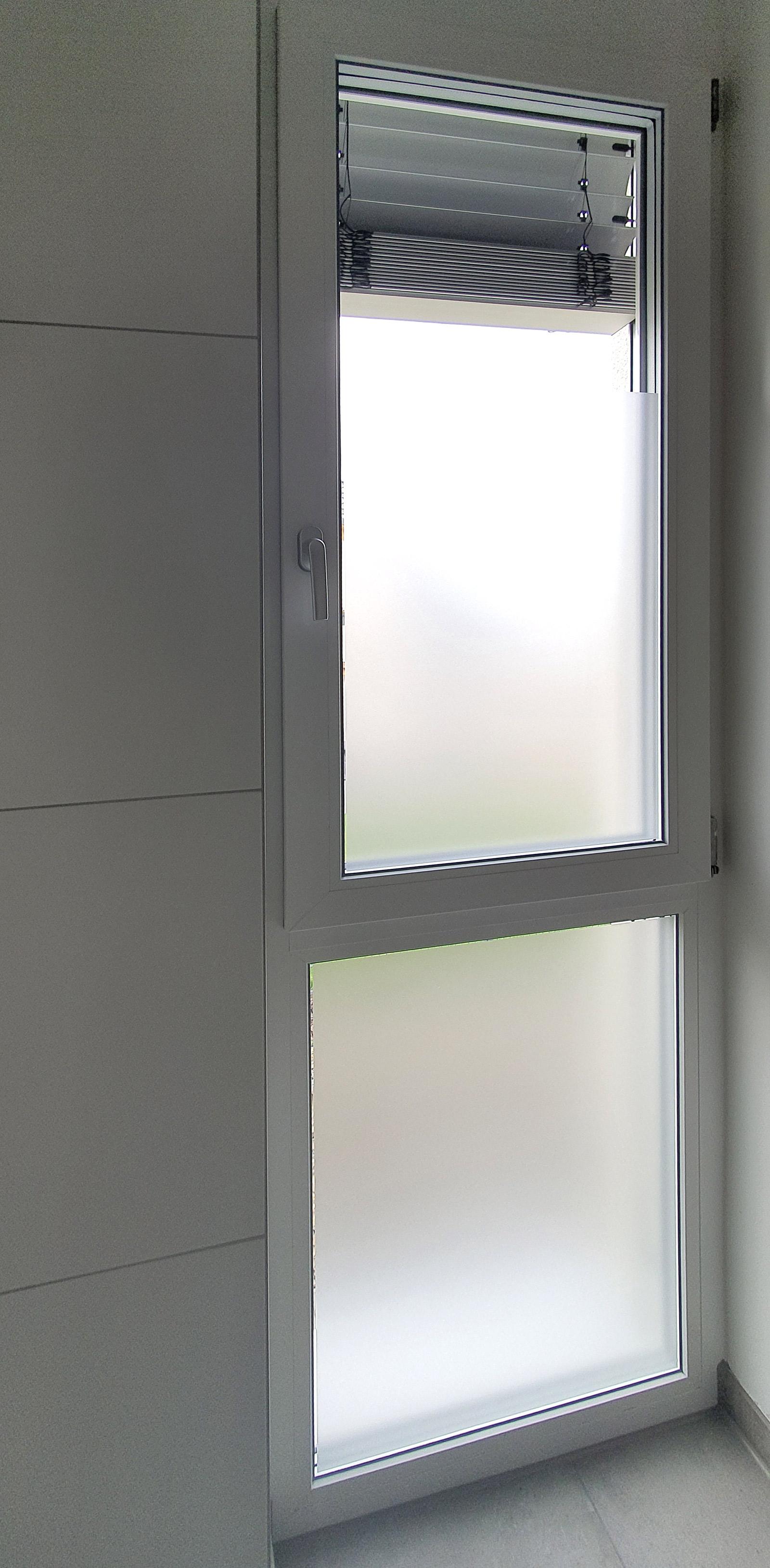Badezimmerfenster mit einer Sichtschutzfolierung aus Milchglasfolie