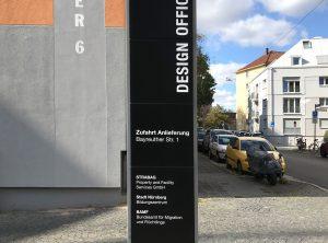 Stelen und Wand-Beschriftung - Hohe schwarze Stele mit weißer Folienbeschriftung von Design Offices