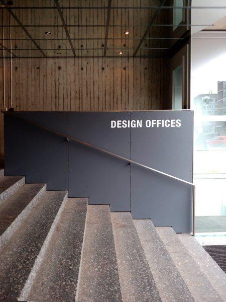 Schwarze Wand mit weißer Folienbeschriftung von Design Offices