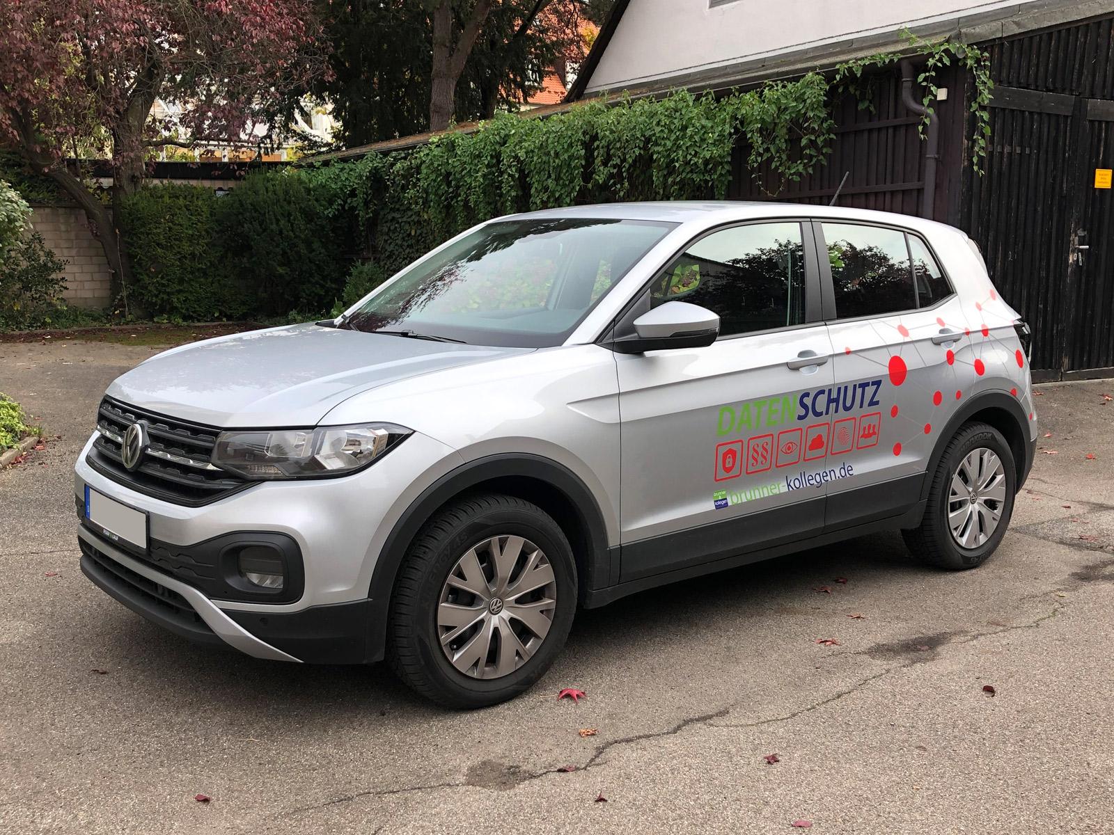 Schrägansicht der gedruckte Netzgrafik am Brunner und Schmidt Fahrzeug mit Logo