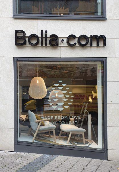 Saisonale Schaufensterbeklebung bei Bolia