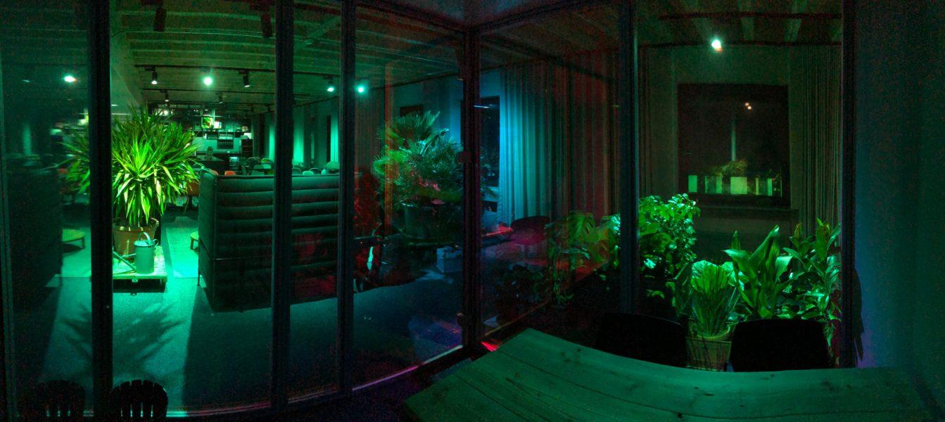 Dichroitische Folienbeklebung - Dichroitische Folie auf mehreren Glasscheiben im Dunkeln