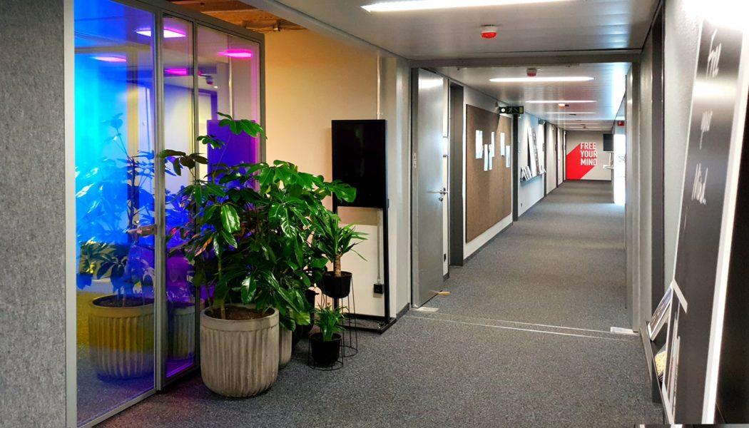 Dichroitische Folienbeklebung - Dichroitischer Folie auf Glasscheiben an der Seite eines langen Büroganges