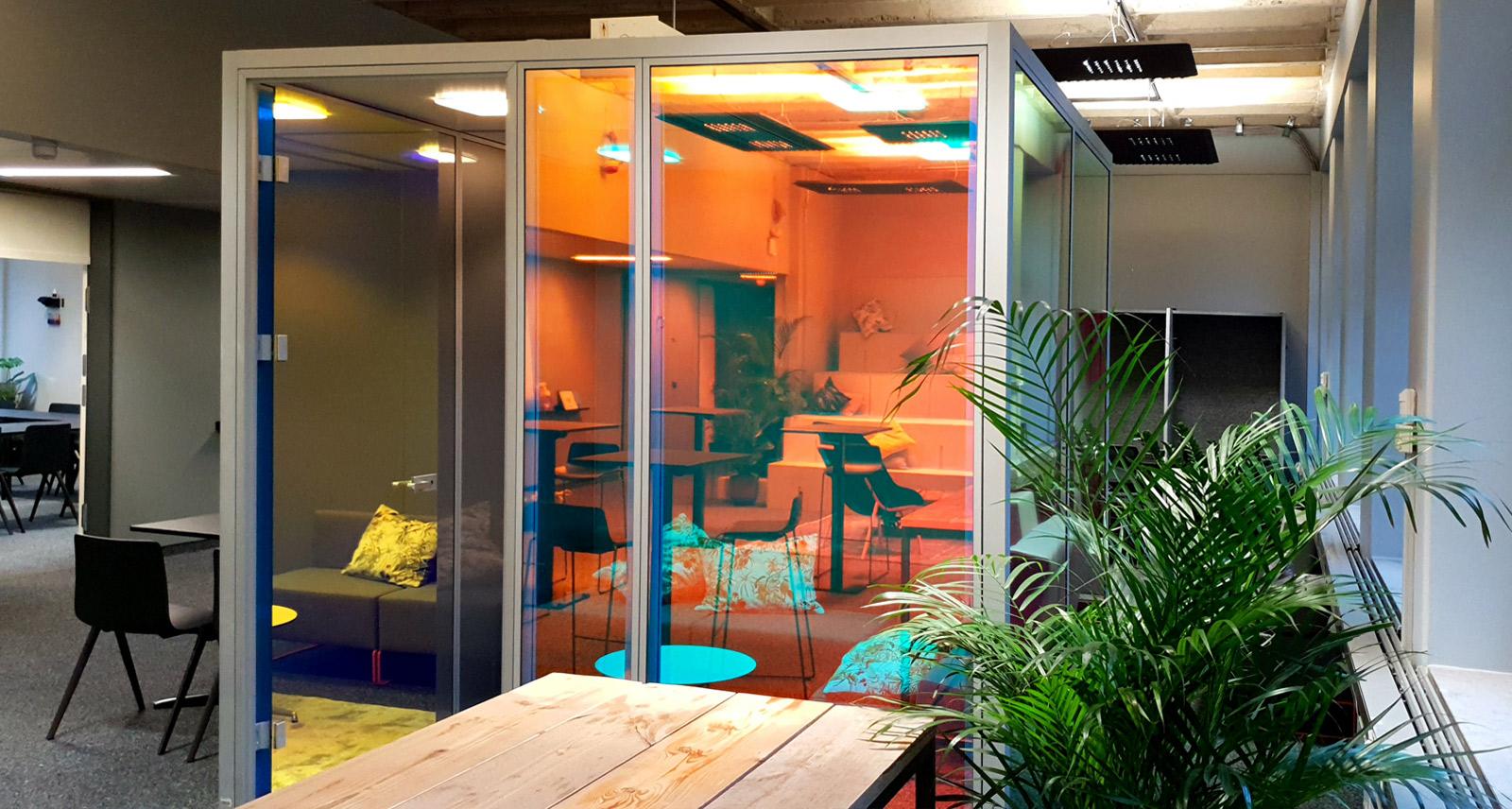 Fabenspiel dichroitischer Folie auf mehreren Glasscheiben in Büroräumen