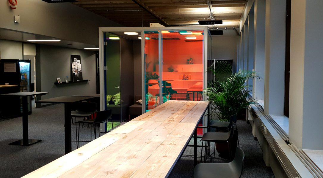 Dichroitische Folienbeklebung - Fabenspiel dichroitischer Folie auf mehreren Glas-Cubes in Büroräumen bei Design Offices