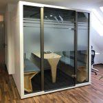 Sichtschutzfolierung - Besprechungsraum mit einer Glaswand die mit Sichtschutzfolie versehen ist