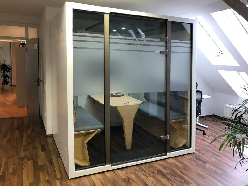 Besprechungsraum mit einer Glaswand die mit Sichtschutzfolie versehen ist